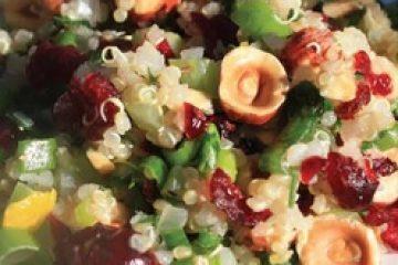 салат из семян лебеды ( киноа) с клюквой и грецкими орехами